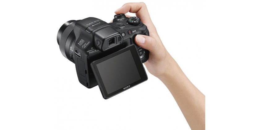 Die Sony HX200V ist kompakt und bietet ein 3 Zoll schwenkbares Display